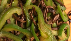 Delicious stir-fried Agrocybe cylindracea with green pepper