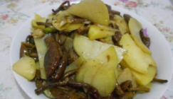 This recipe goes well with rice: Fried sliced potato with Agrocybe cylindracea